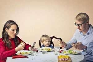 تاثیر موبایل در روابط خانوادگی