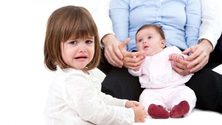 چگونه حسادت کودک را کنترل کنیم؟