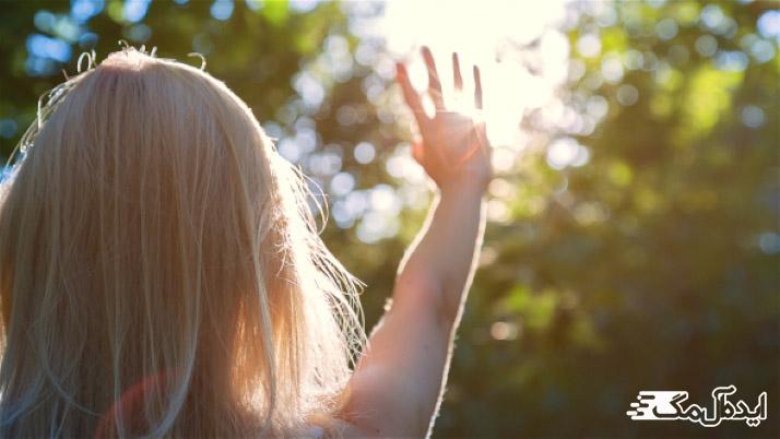 نور خورشید از علت های سفید شدن مو در جوانی است