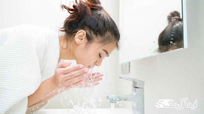 شستن صورت برای کنترل چربی بینی پیشانی و چانه