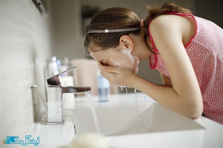 شستشوی پوست خشک و حساس بعد از استفاده از ماسک توت فرنگی