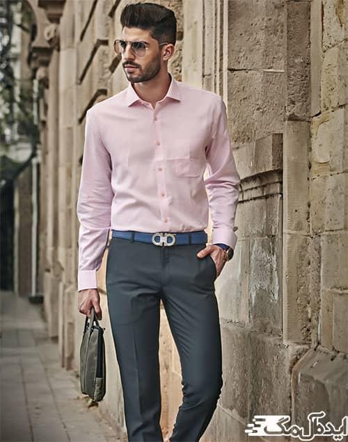 ست کردن شلوار خاکستری مردانه با پیراهن هلویی