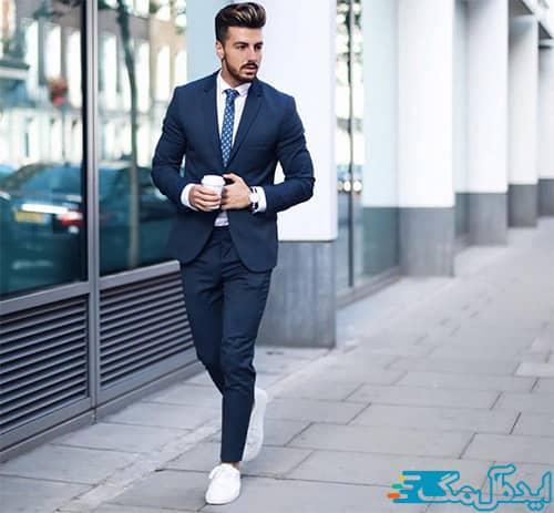 ست کردن کفش کتانی سفید با کت و شلوار مردانه